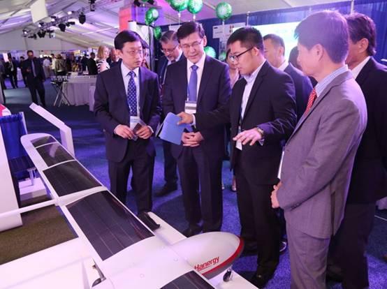 中国科技部副部长阴和俊(前排左二)参观汉能太阳能无人机